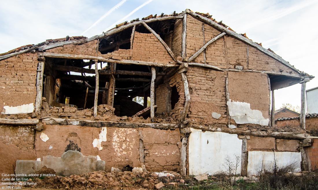 Casa en piedra adobe y madera calle de las eras for Casas de piedra y madera